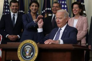 Biden ordena acciones para bajar el precio de medicamentos