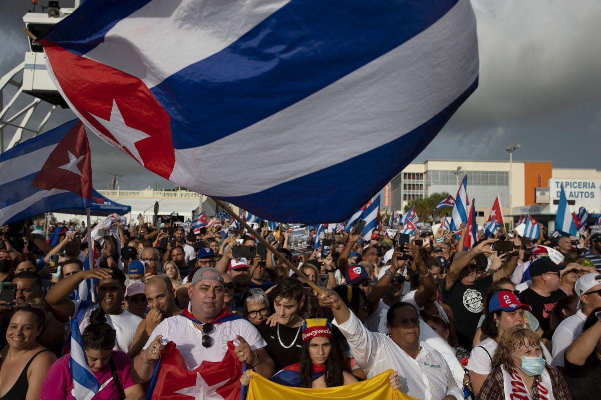 Cubanos protestan en el vecindario La Pequeña Habana, en  Miami, Florida.