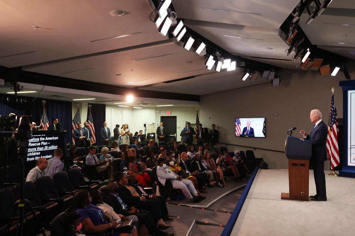 """El presidente Joe Biden en un evento con beneficiarios de la extensión del """"Crédito tributario por hijos""""."""
