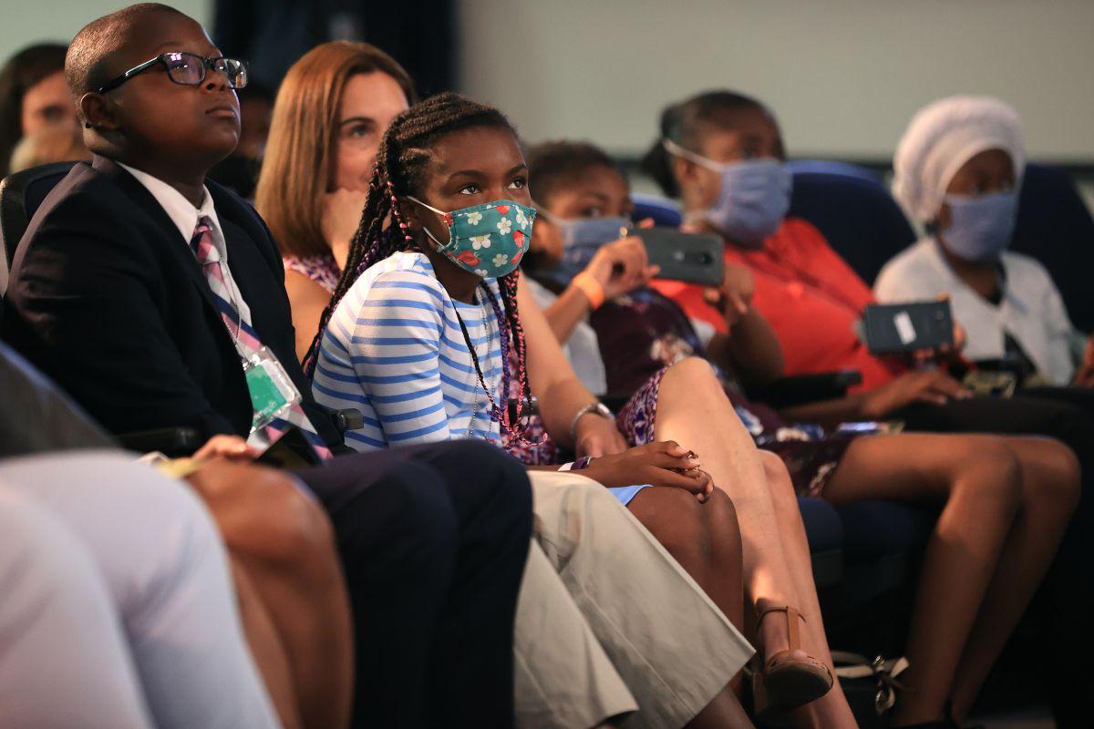 """Familias impactadas por la extensión del """"Crédito tributario por hijos"""" en una conferencia de prensa de la Administración Biden."""