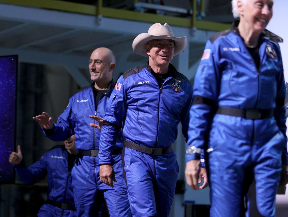 La tripulación del New Shepard de Blue Origin en una conferencia de prensa tras el vuelo al espacio.