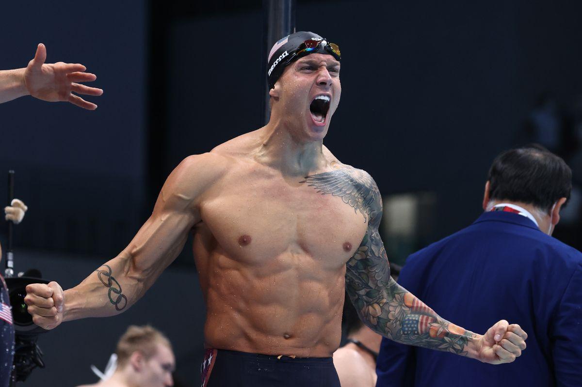 Caeleb Dressel festeja su quinto oro en Tokio tras la victoria en 4x100 metros combinado.