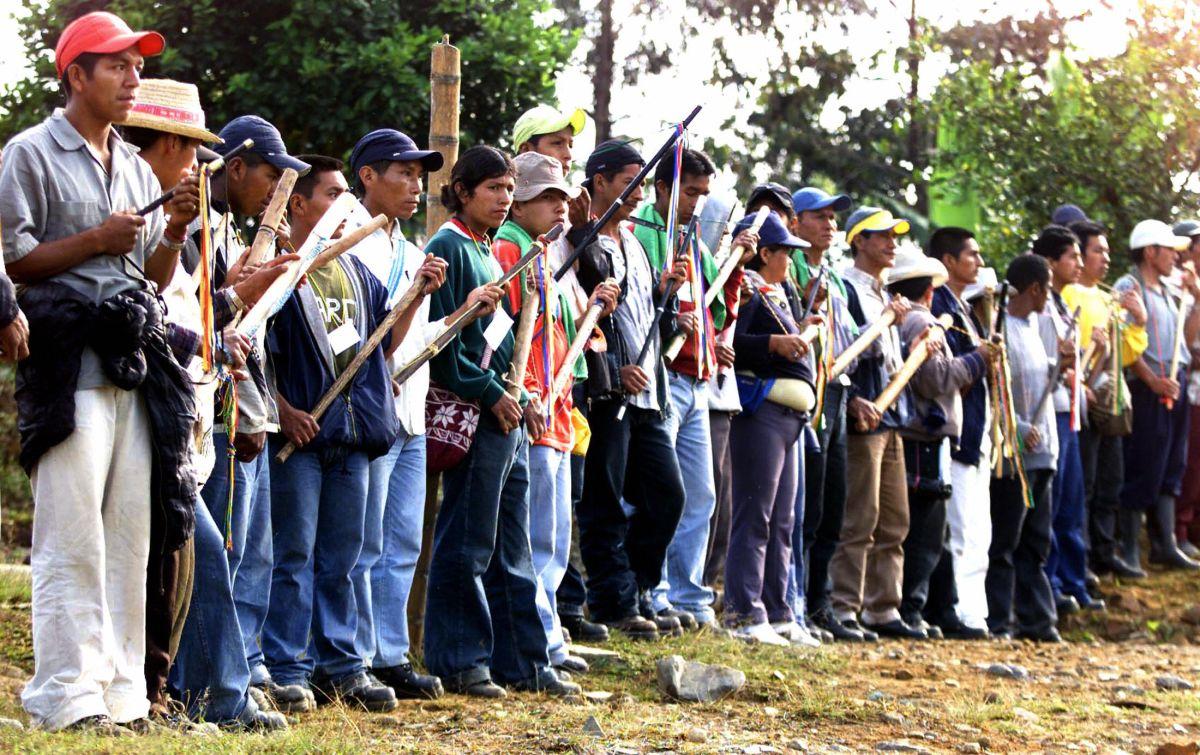 Miembros de la Guardia Indígena permanecen a la espera de la llegada de otros companeros el Resguardo la Maria, en el municipio de Piendamo, en Colombia. Estos indígenas tienen su propia ley para procesar a criminales.