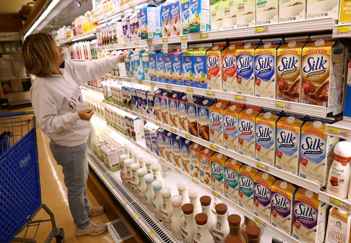 Elegir una leche de almendra en el supermercado es fácil, pero ¿qué hay detrás de su producción?