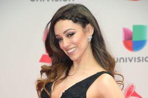 Rosy McMichael deslumbró con su vestido negro y la espalda al desnudo en Premios Juventud