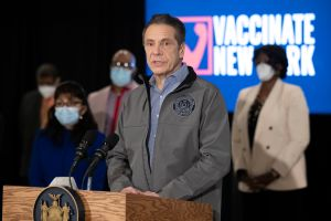 Obligan a empleados de la salud del Estado de Nueva York a vacunarse antes del 'Labor Day'