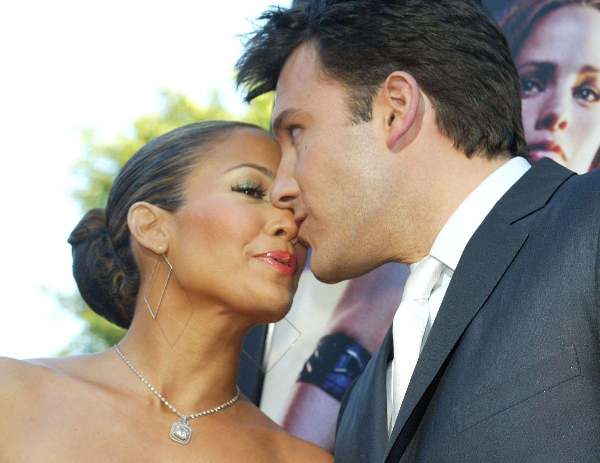 Jennifer Lopez y Ben Affleck se dan caricias enfrente de todos mientras le cantan el cumpleaños a la diva.