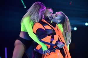 Maluma publica video con varias de las fans que ha besado en pleno escenario