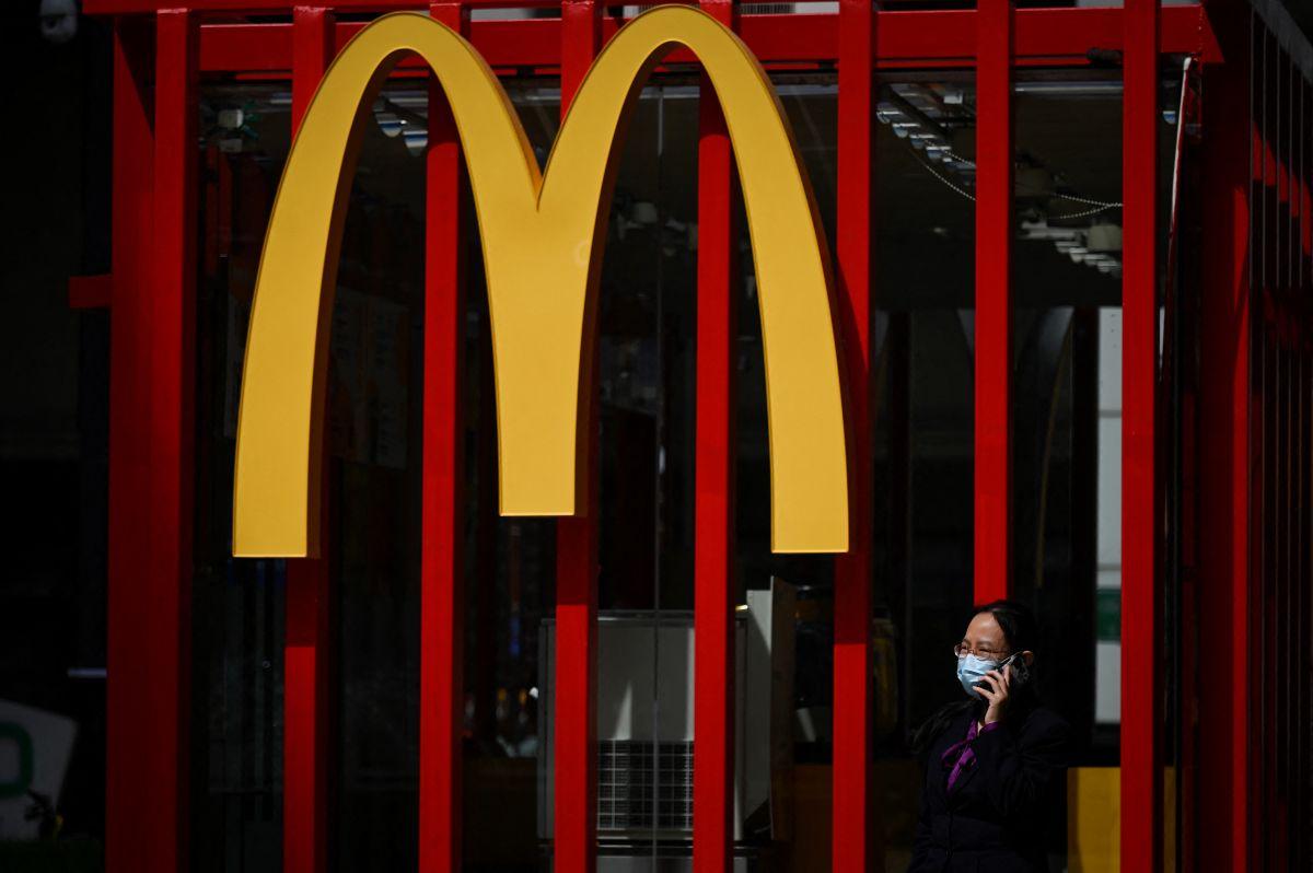 Cuando más difícil resulta contratar nuevos empleados, sucursal de McDonald's pierde los suyos por malas condiciones laborales.