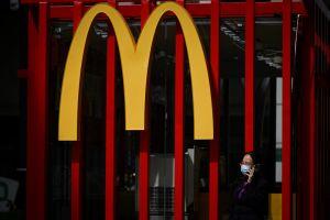 """Empleados de sucursal de MacDonald's se van al mismo tiempo y dejan un letrero: """"Todos renuncian, estamos cerrados"""""""