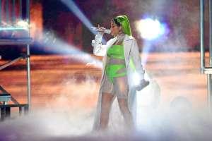 Natti Natasha sorprende con cabello verde, la funden en críticas y la comparan con Karol G