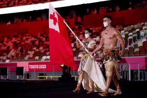 El abanderado de Tonga en Tokio 2020 volvió a desfilar bañado en aceite y generó miles de comentarios