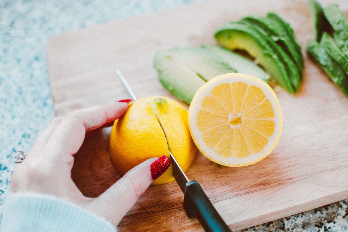 Intoxicaciones alimentarias: siempre debes limpiar las tablas de picar con limón luego de usarlas