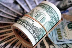 Casi la mitad de las personas usaron sus cheques de estímulo de $1,400 para pagar deudas
