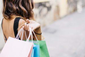 Informe: los consumidores se quejan de los precios altos, pero aún así siguen comprando como nunca