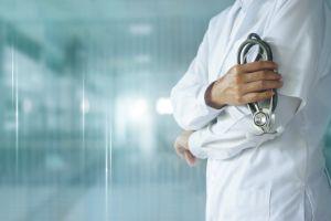 Anciano necesitaba cirugía de próstata; no tenía dinero y le pagó al doctor con 2 gallinas