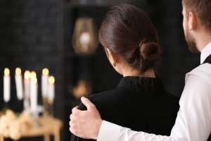 Descubre en el funeral de su suegra que en realidad seguía viva