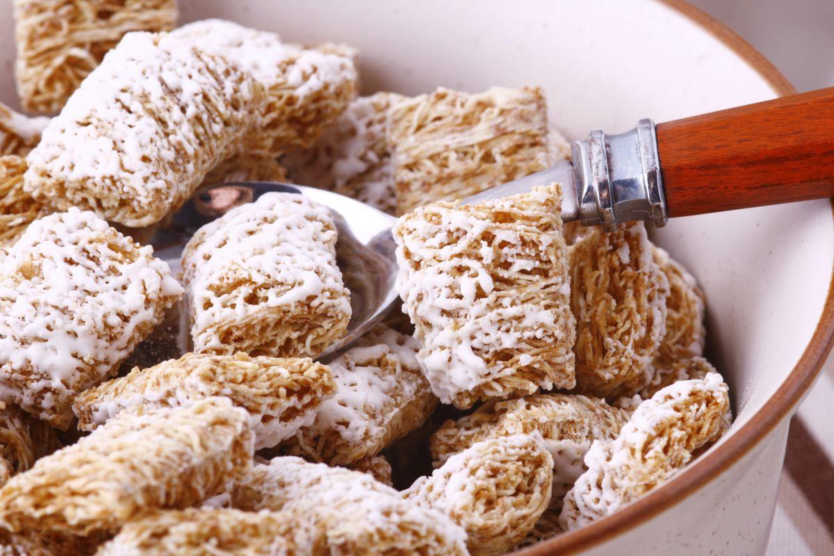 Un usuario de TikTok quedó intrigado al escuchar ruidos provenientes de la caja de cereal nueva.