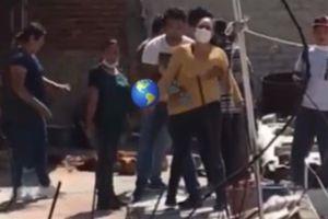 Espeluznante video muestra a familia mexicana asesinando a su perro con piedras y palos