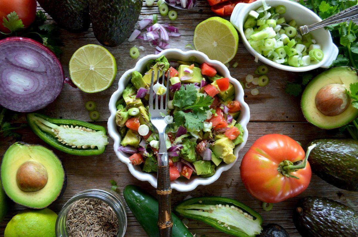 Los aguacates son ricos en fibra y grasas monoinsaturadas, que benefician el metabolismo y combaten el síndrome metabólico.