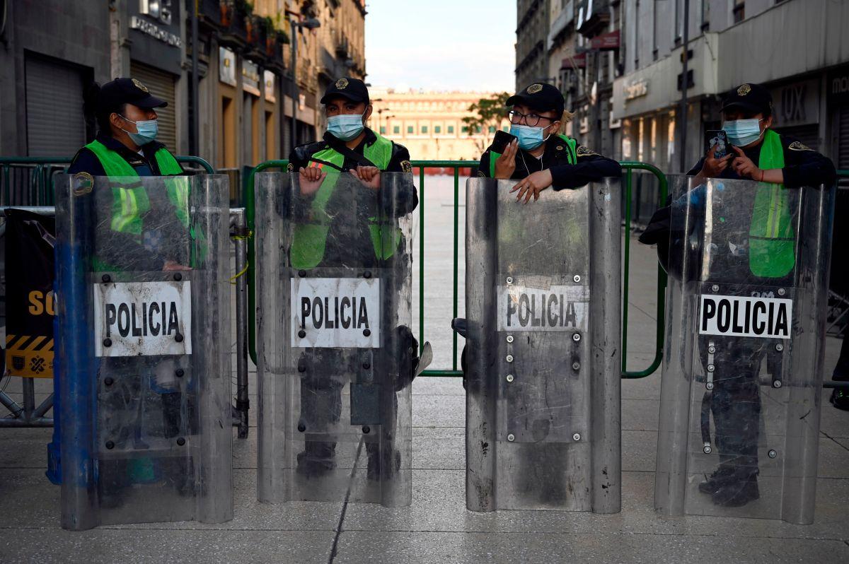 Los policías mexicanos estacionaron su patrulla en un terreno baldío, pensando que ahí nadie los descubriría.