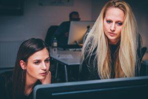 Abuso online: Facebook, Google, TikTok y Twitter se comprometen a mejorar sus plataformas para que las mujeres estén más seguras