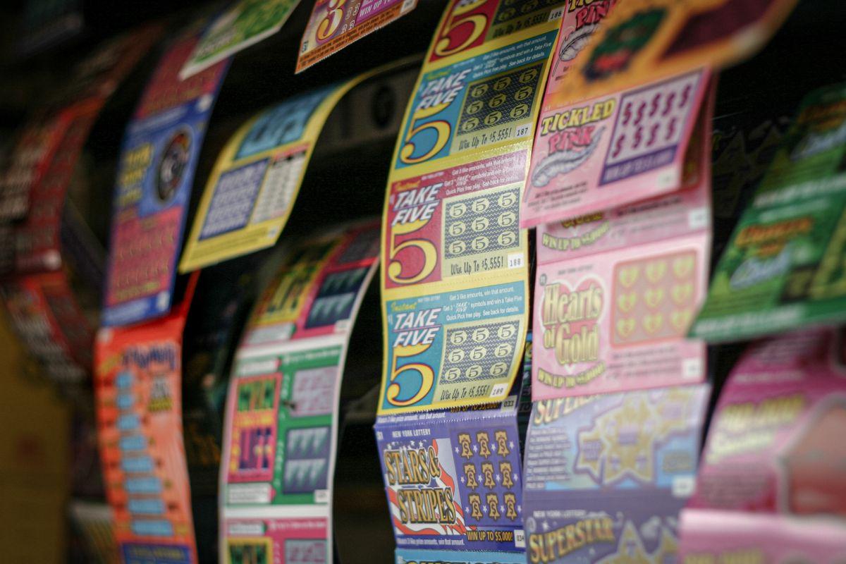 Roba varios billetes de lotería y se dedica a cobrar los que salieron premiados
