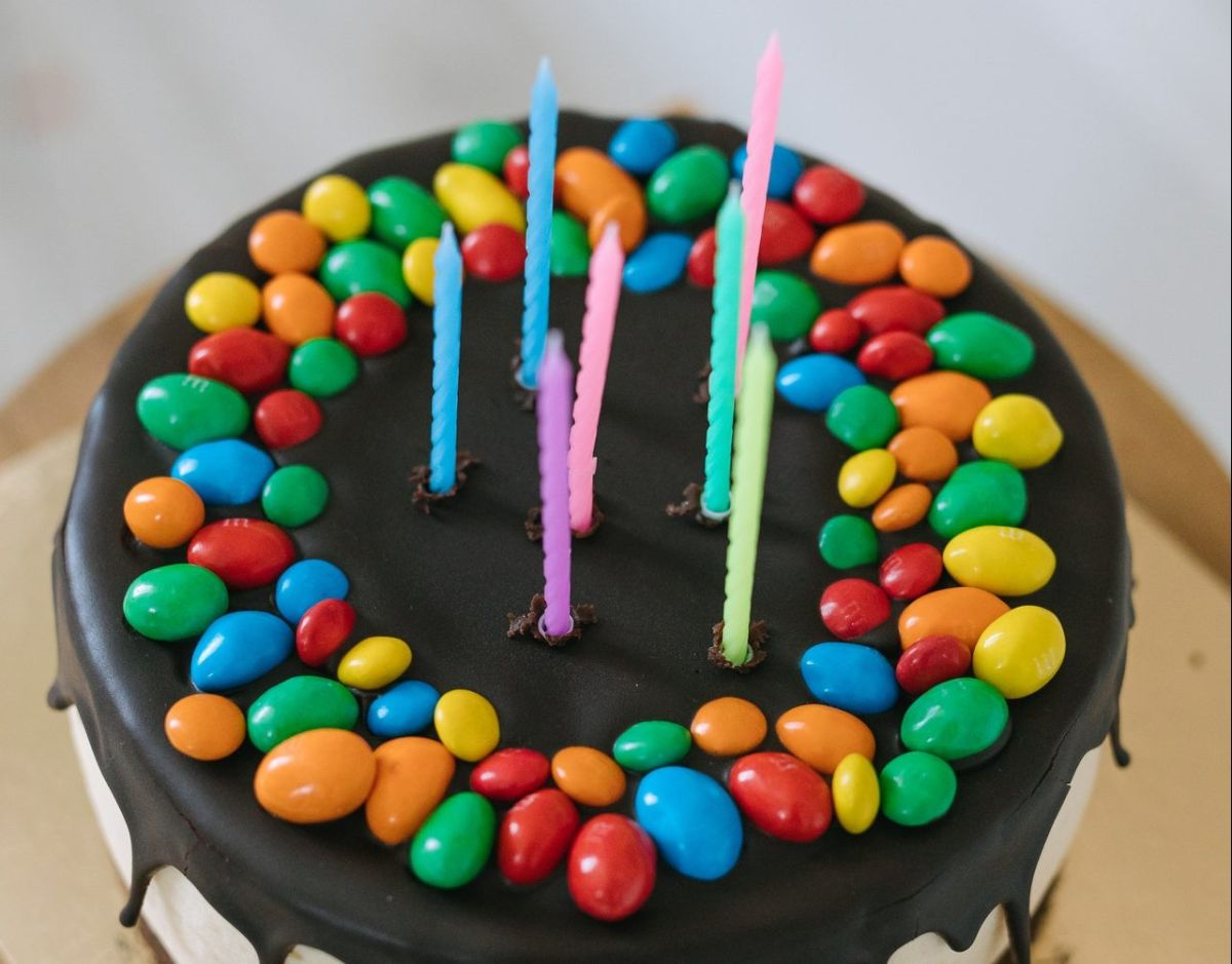 Niña sopla vela rodeada de plátanos por su cumpleaños; sus padres no pudieron comprar un pastel