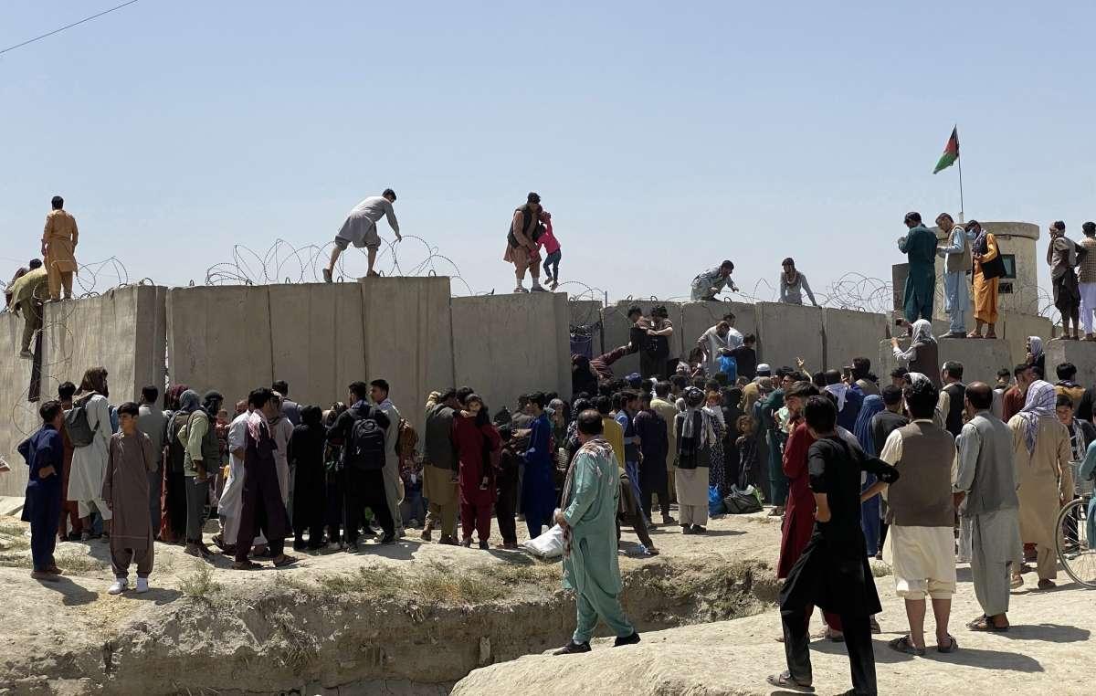 VIDEO: Personas caen de llantas de avión que salió de Afganistán en su intento de huir de talibanes