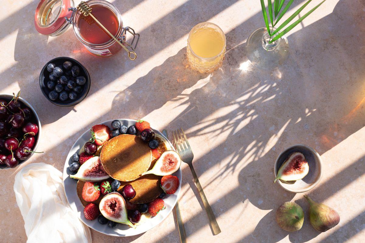 La vitamina K se encuentra en alimentos cotidianos y saludables como los vegetales de hoja verde, los arándanos, los higos, el polo, el queso, la soja y el huevo.