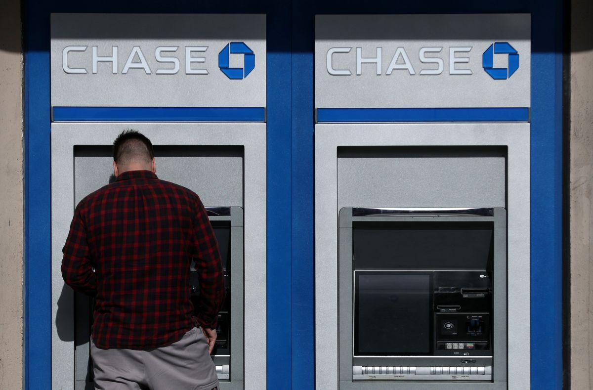 """Millones de beneficiarios de la extensión del """"Crédito tributario por hijos"""" ya pueden hacer libre uso de los fondos del segundo cheque mensual depositado en sus cuentas bancarias."""