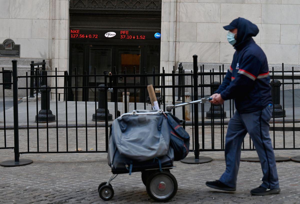 Un empleado de USPS en una calle de Nueva York.