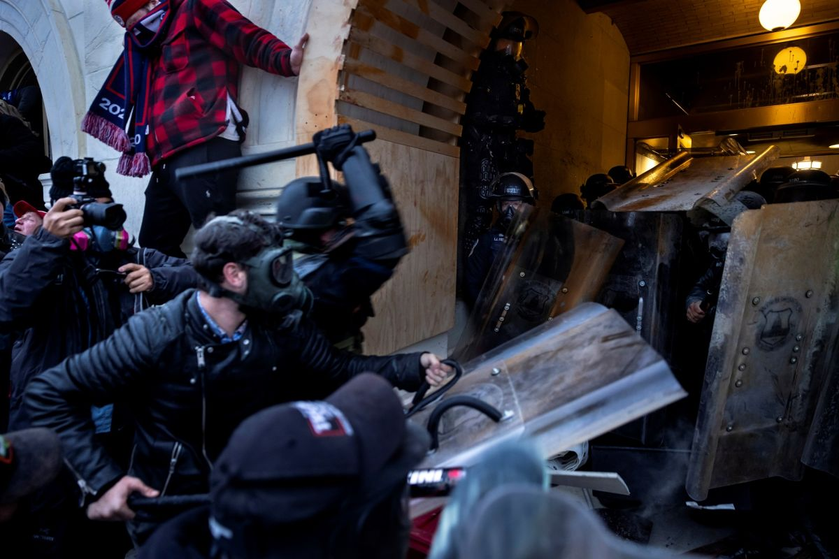 Los seguidores del movimiento MAGA atacaron a policías en el Capitolio.