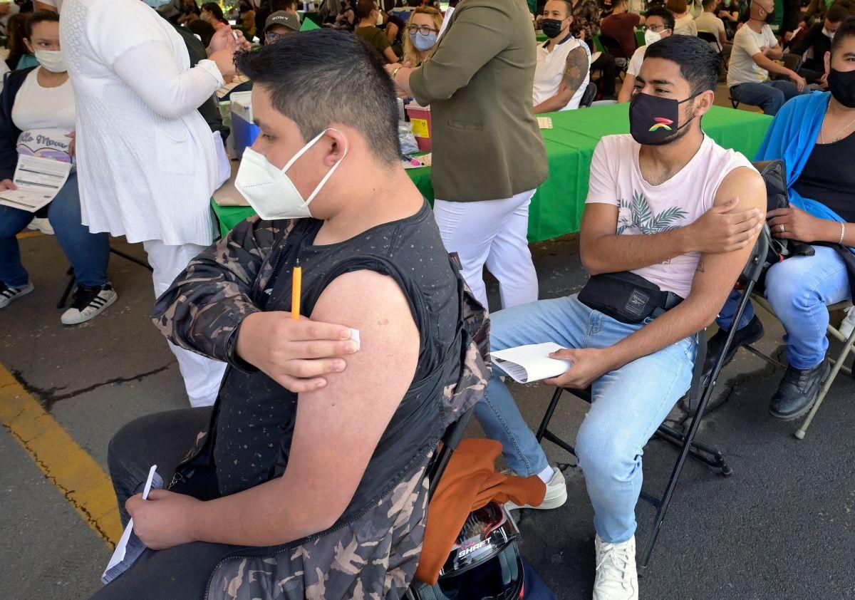 Jóvenes mexicanos acuden a vacunarse.