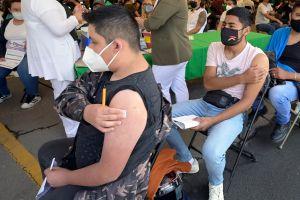 Joven mexicano grita de terror al ser vacunado y se vuelve viral en el mundo