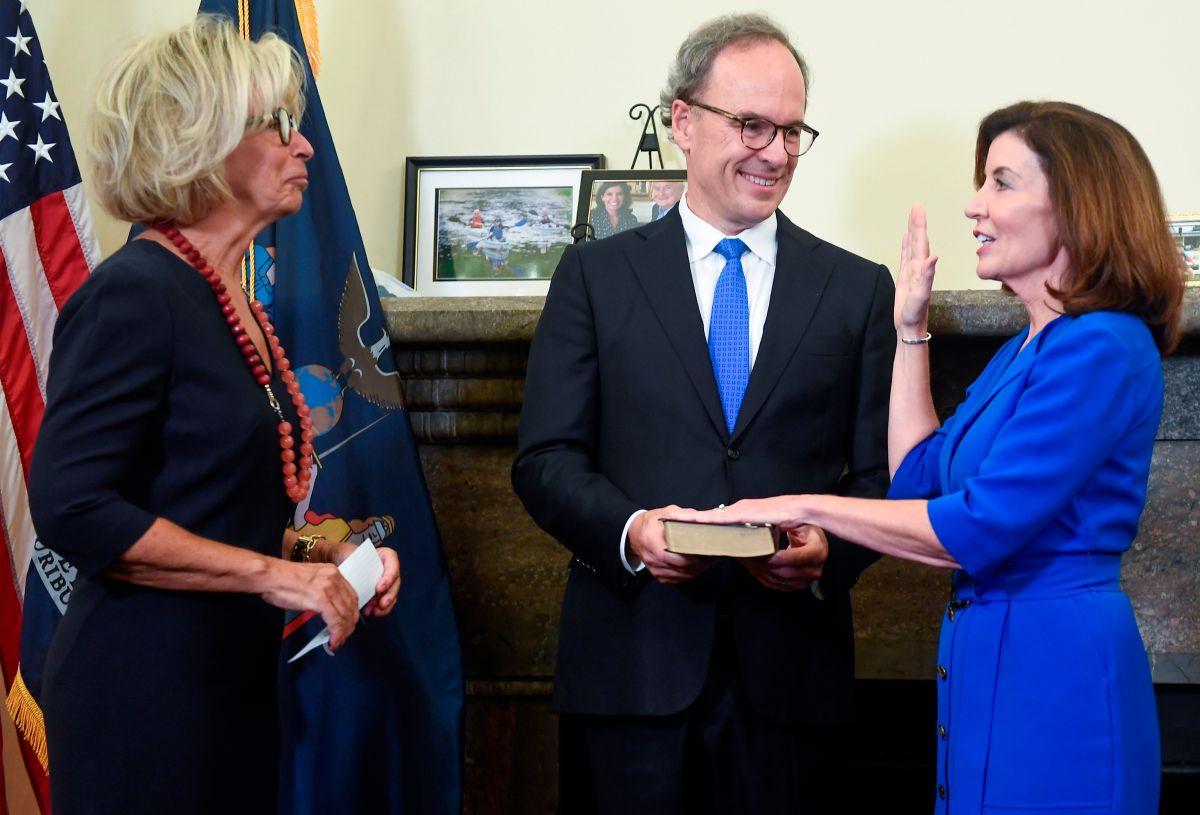 Kathy Hochul al jurar junto a su esposo Bill Hochul y la jueza Janet DiFiore.