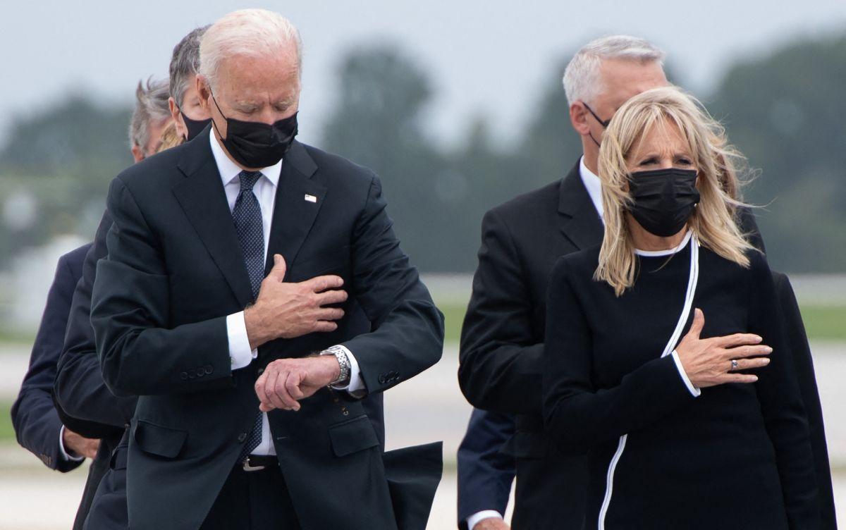 El presidente Biden viendo su reloj durante ceremonia por los 13 soldados muertos en Afganistán.
