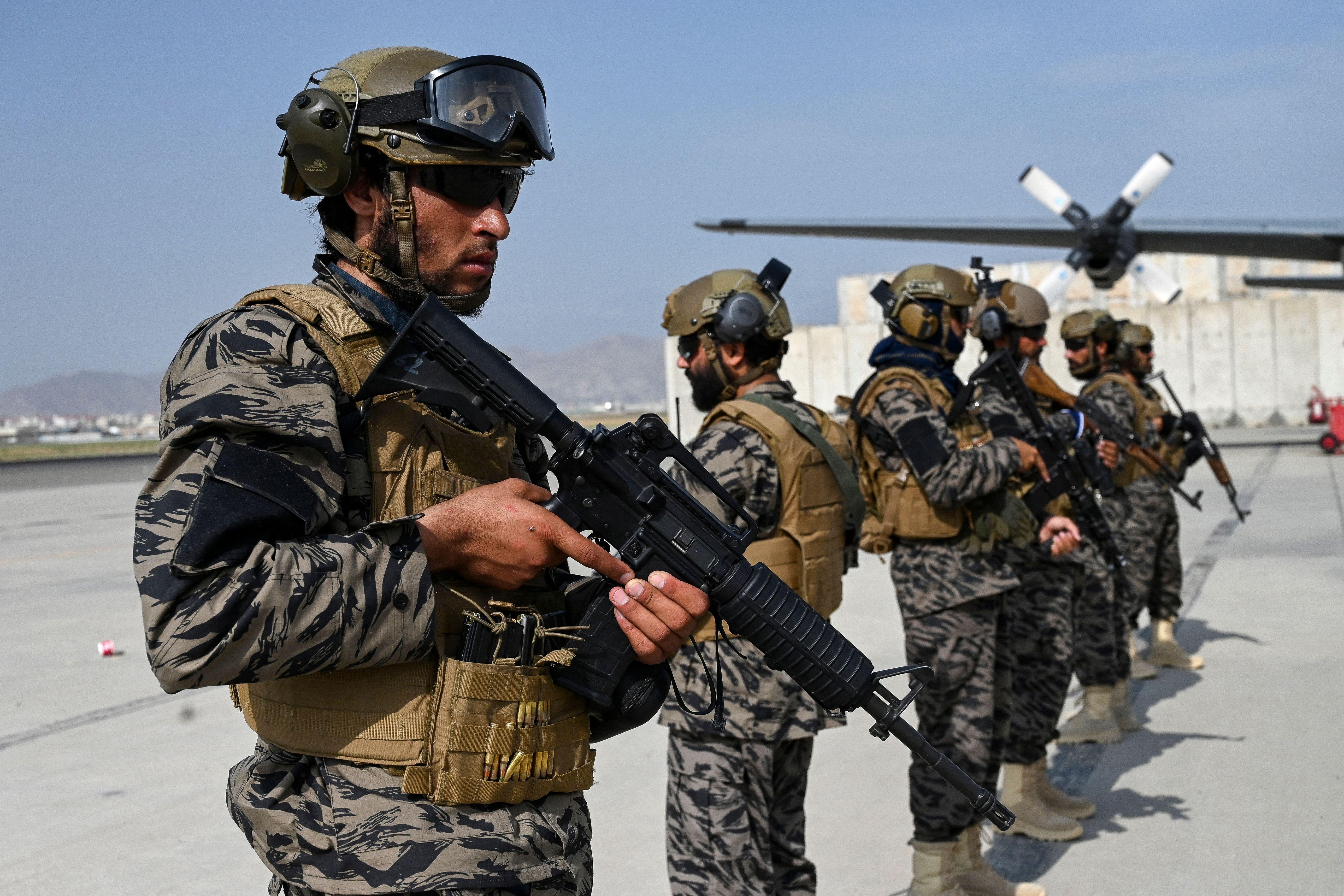 Talibanes en la base aérea Bagran en Kabul, Afganistán.