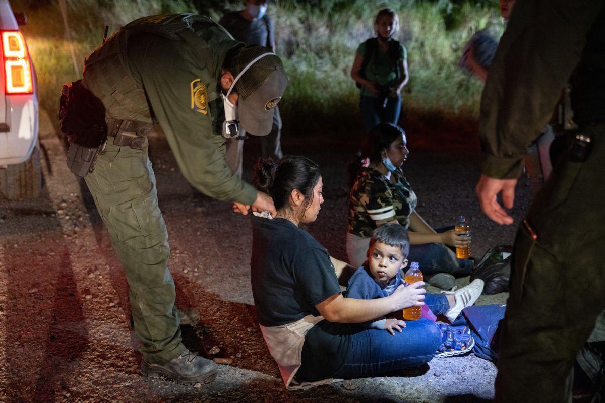 La Administración Biden reconoce que aplica expulsión inmediata de miles de inmigrantes que llegan por la frontera.