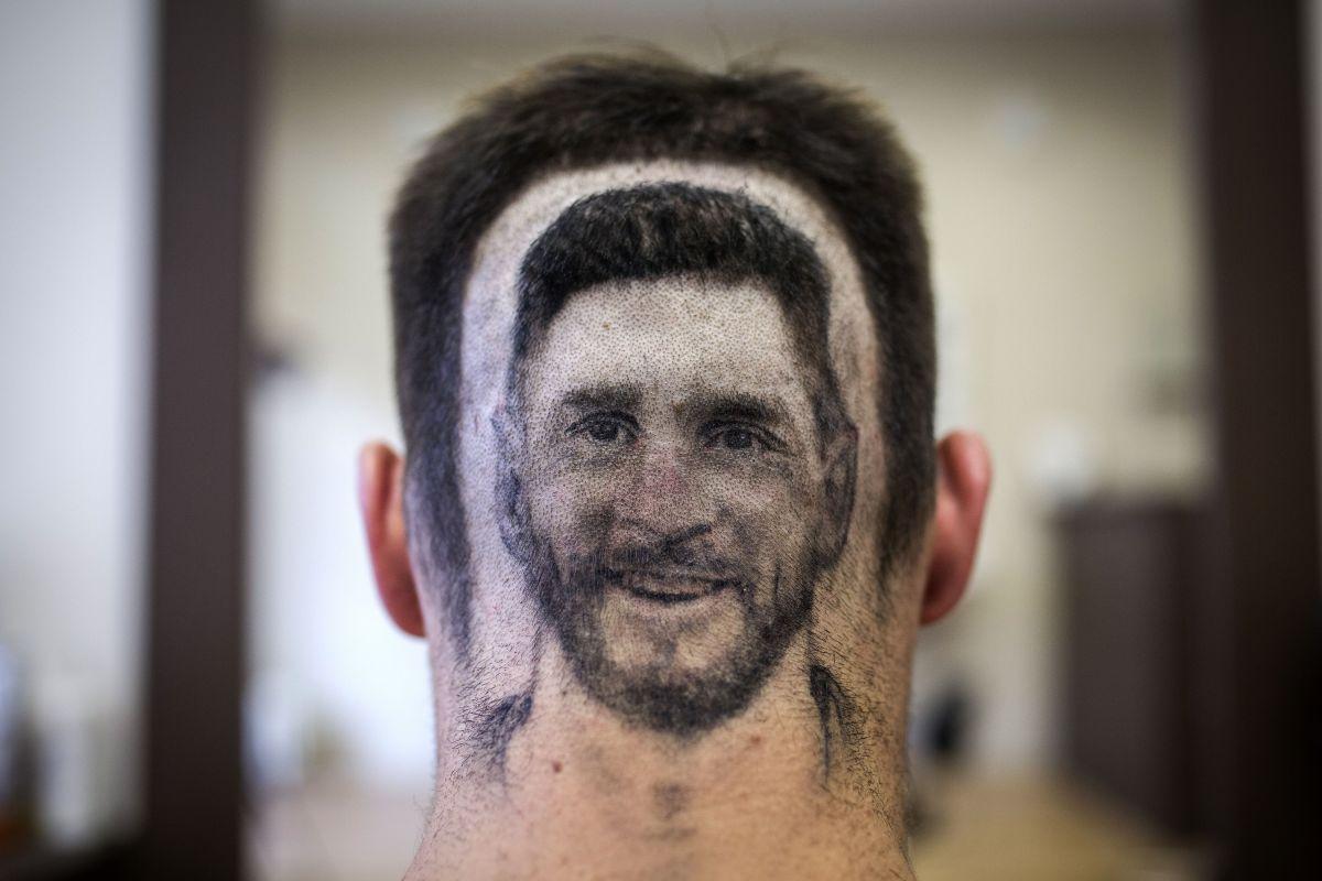 No es la primera vez que un fanático pide la figura de Lionel Messi en su cabeza. Pasó en el Mundial Rusia 2018.
