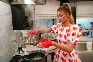 Paris Hilton usa utensilios de cocina de lujo con cristales de Swarovski en su programa de Netflix