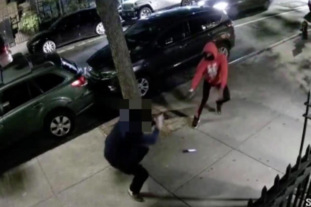 VIDEO: Delincuente le dispara a víctima durante asalto en Nueva York