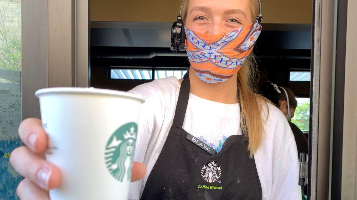 Actualmente, más de la mitad de los empleados de la cadena de cafés ganan al menos $15 dólares o más la hora.