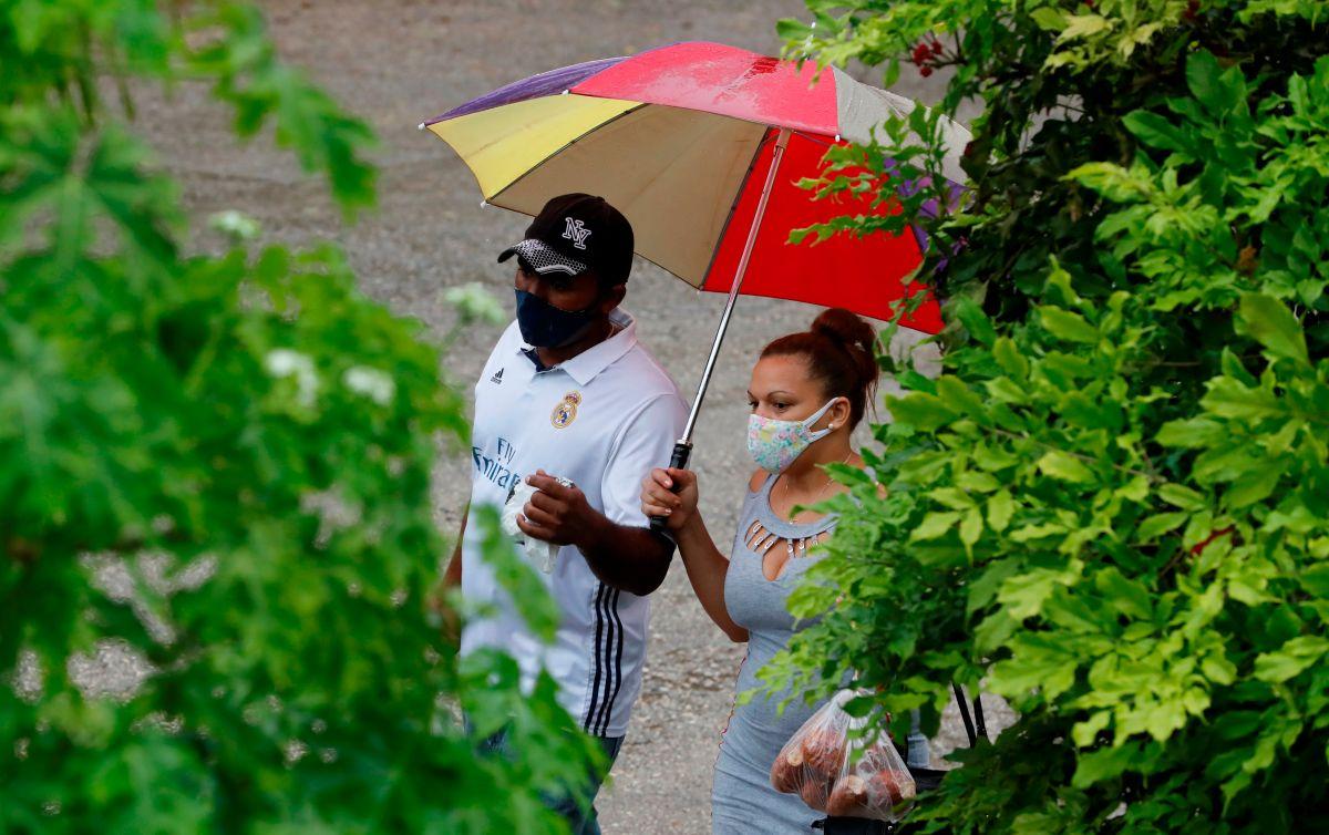 Dos personas se protegen de la lluvia, este viernes, en La Habana, Cuba. La isla reportó 2,461 personas evacuadas y cortes en el servicio de electricidad por la llegada del huracán Ida.