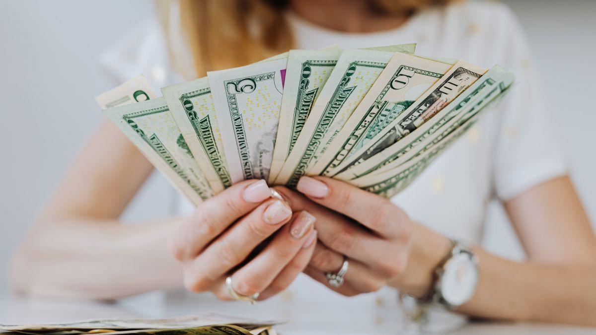 De aprobarse la ley, primero se harían programas piloto de los cheques de estímulo mensuales.