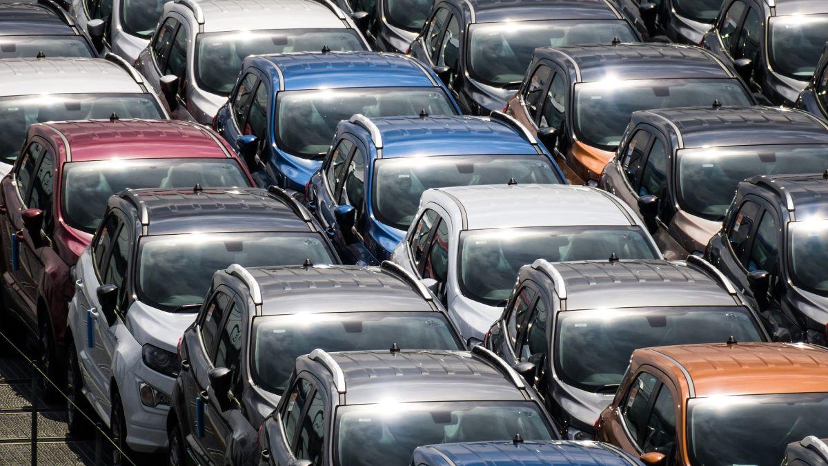 La escasez de chips semiconductores es la principal razón de la falta de producción de coches nuevos.