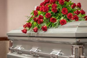 Pronuncia sus votos matrimoniales en el funeral de su novia; murió 15 días antes de la boda