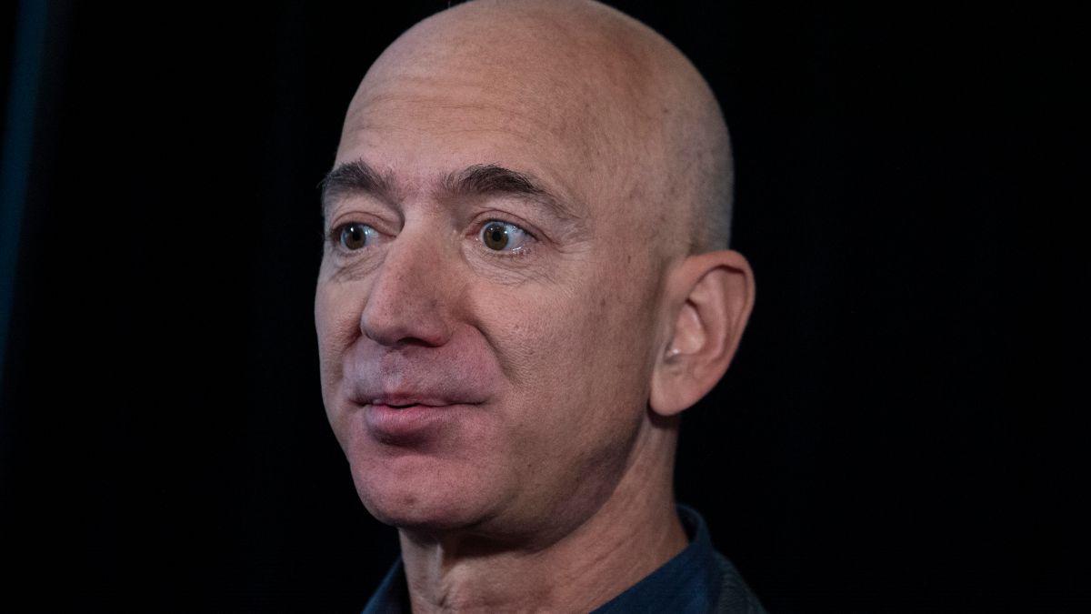 Bezos cayó al segundo lugar para dar paso al francés Bernard Arnault, quien ahora es el hombre más rico del mundo.