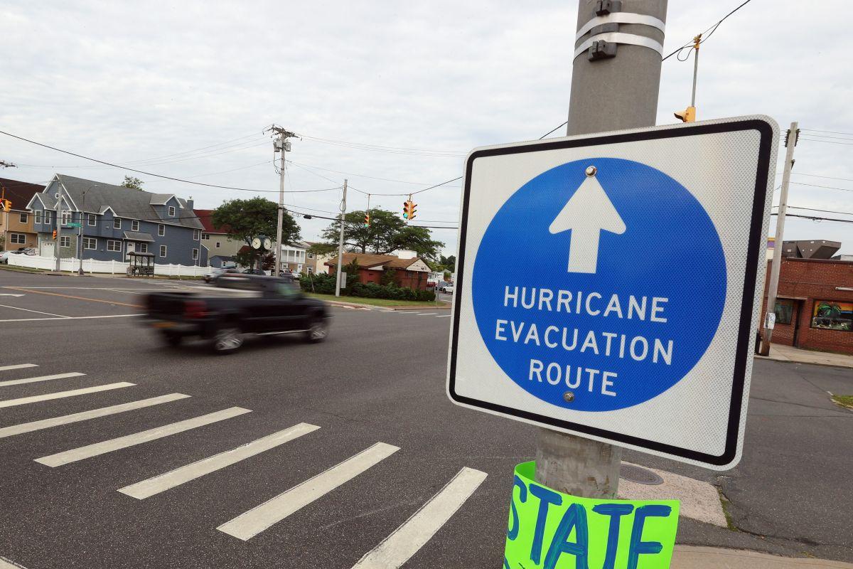 En Longs Island se tomaban desde hoy los preparativos por el paso del huracán.