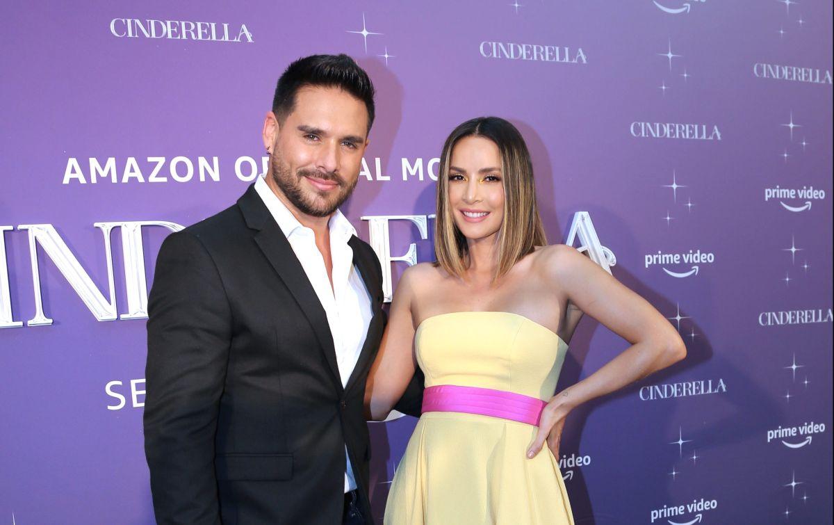"""Sebastian Caisedo y Carmen Villalobos en la alfombra de la premier de la nueva versión de """"Cinderella""""."""